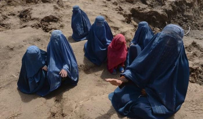 afghanistan donne costrette a indossare il burqa